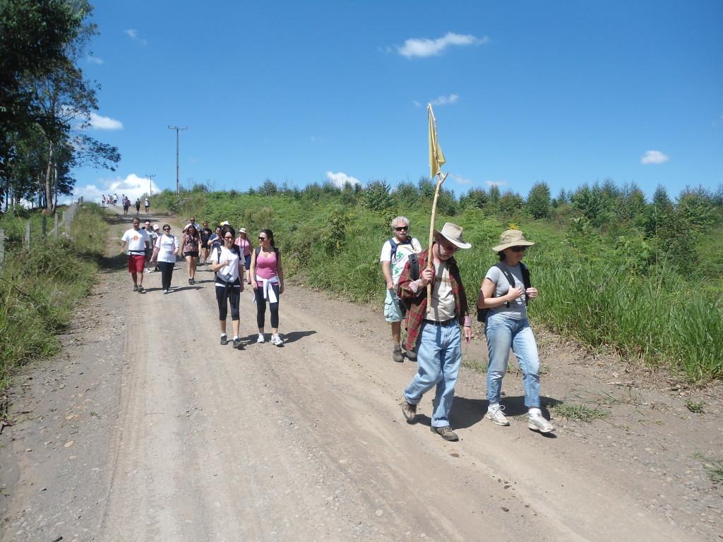 O bandeira amarela vai na frente e o bandeira verde atrás; entre as bandeiras ocorre a Caminhada das Estações Anjo
