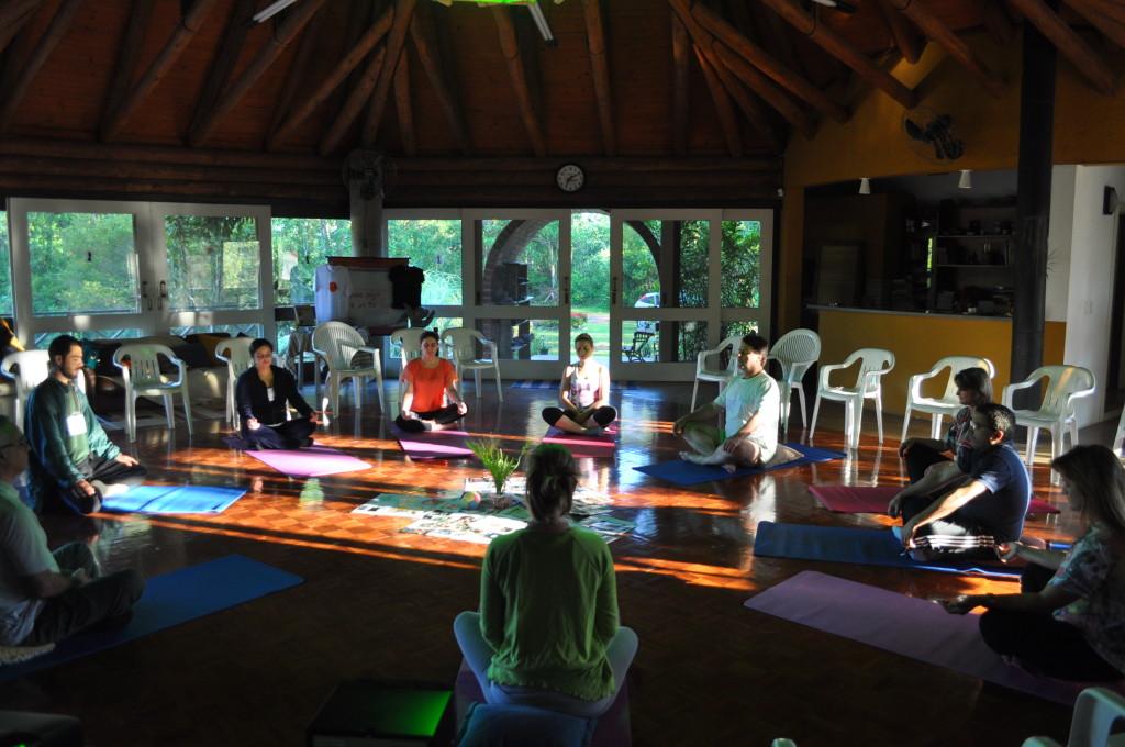 Quarta inicia com a prática corporal, Yoga com De Wotmeyer
